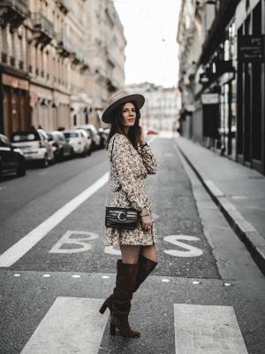 idee-look-veste-franges-beige-the-kooples-robe-pablo-10