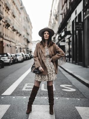 idee-look-veste-franges-beige-the-kooples-robe-pablo-4