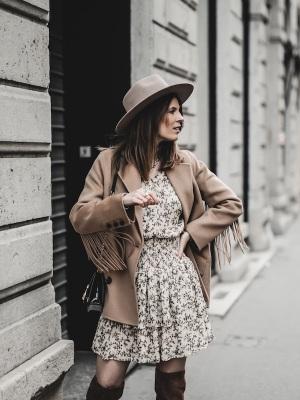 idee-look-veste-franges-beige-the-kooples-robe-pablo-12