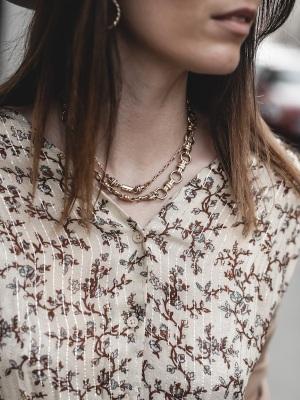 idee-look-veste-franges-beige-the-kooples-robe-pablo-13