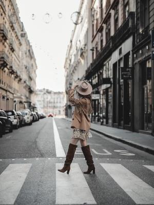 idee-look-veste-franges-beige-the-kooples-robe-pablo-2