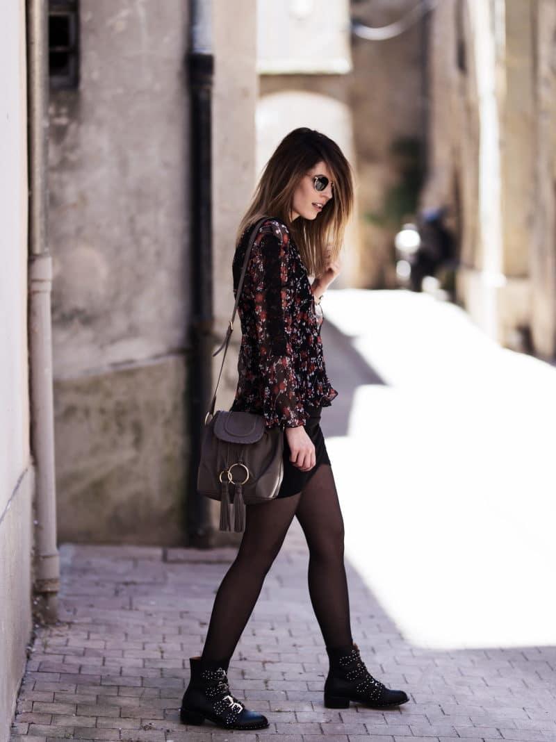 jupe drapée blouse fleurie boots cloutées