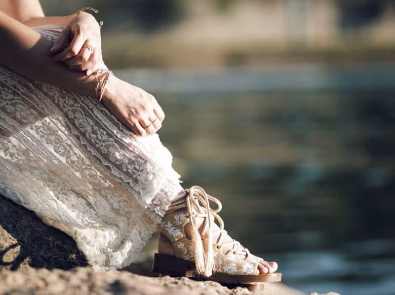 couronne de fleurs robe dentelle sandales