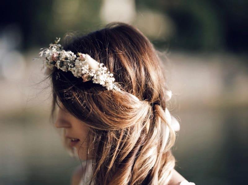 couronne de fleurs robe dentelle detail cheveux