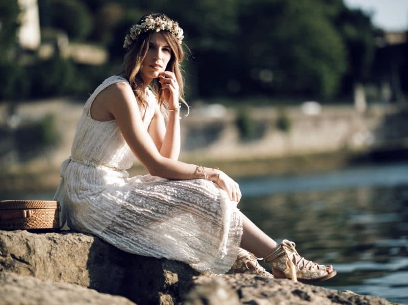 couronne de fleurs robe dentelle assise