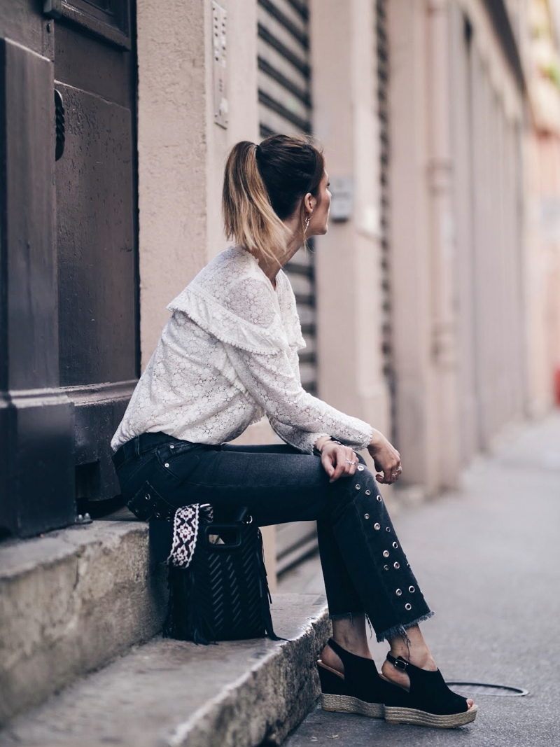 Look jean oeillets Zara blouse Ninon Sézane sac M Maje assise