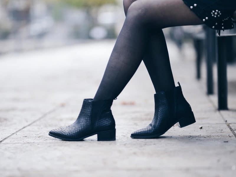 look pull manches évasées jupe cloutée détail boots