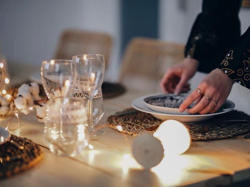 décoration table noël 2017 bois fleurs de coton lumières mains