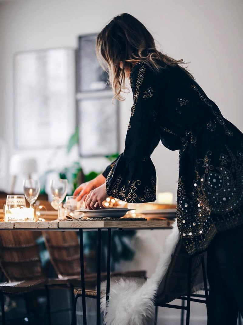 look tenue noël 2017 robe boots sequins table