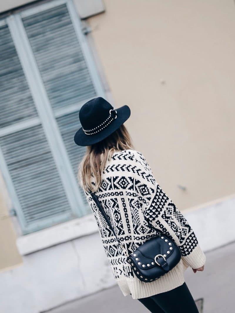 Look legging simili cuir pull ethnique sac clous marc jacobs chapeau dos fenêtre