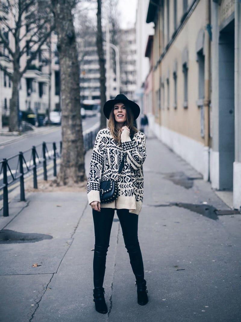 Look legging simili cuir pull ethnique sac clous marc jacobs chapeau face