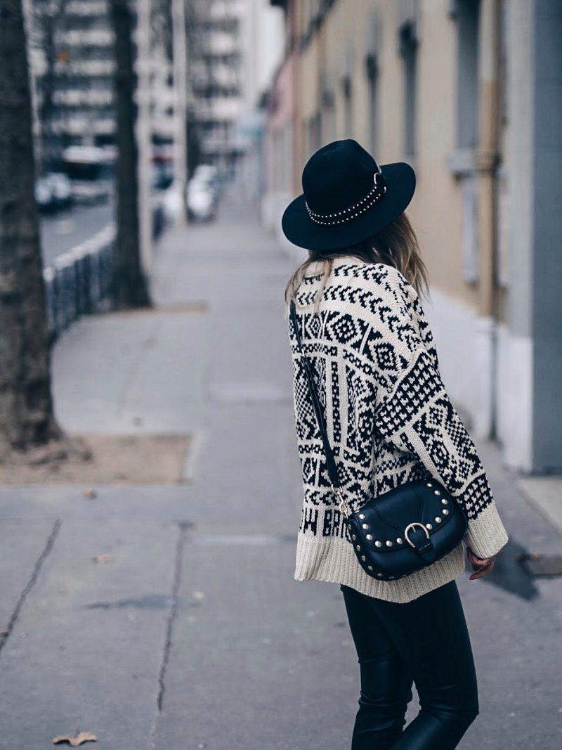 Look legging simili cuir pull ethnique sac clous marc jacobs chapeau dos