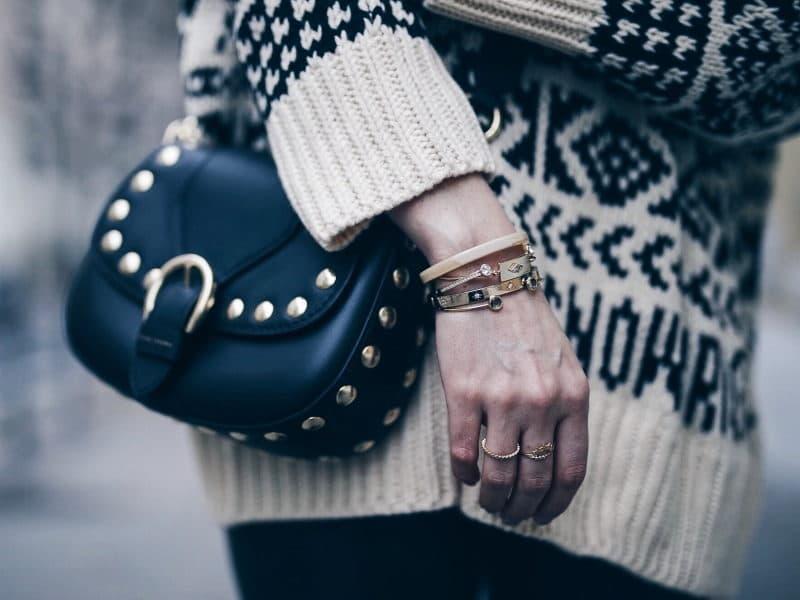 Look legging simili cuir pull ethnique sac clous marc jacobs chapeau detail bijoux