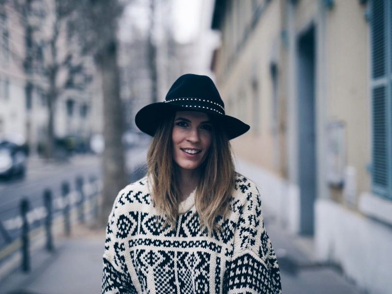 Look legging simili cuir pull ethnique sac clous marc jacobs chapeau portrait