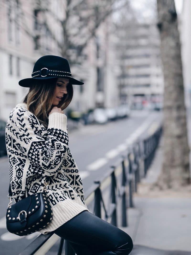 Look legging simili cuir pull ethnique sac clous marc jacobs chapeau profil assise