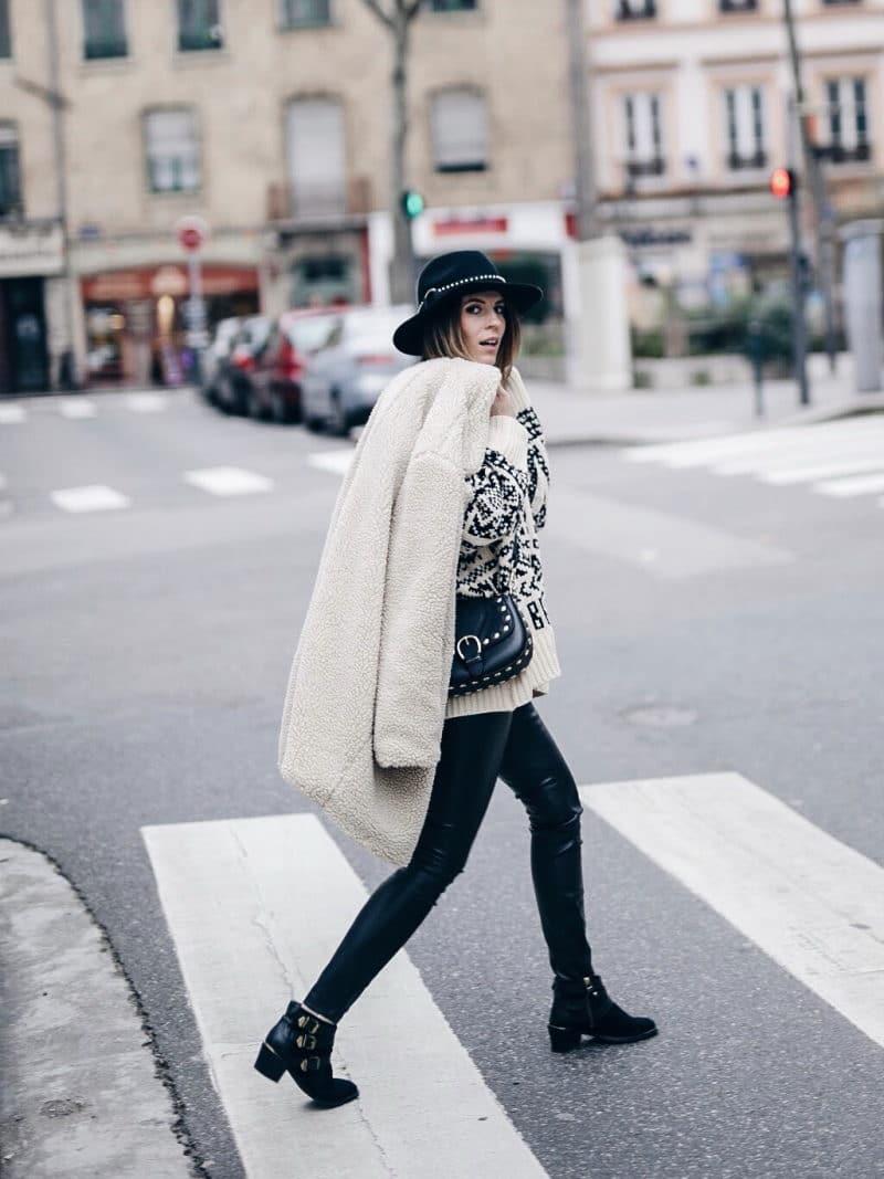 Look legging simili cuir pull ethnique sac clous marc jacobs chapeau manteau