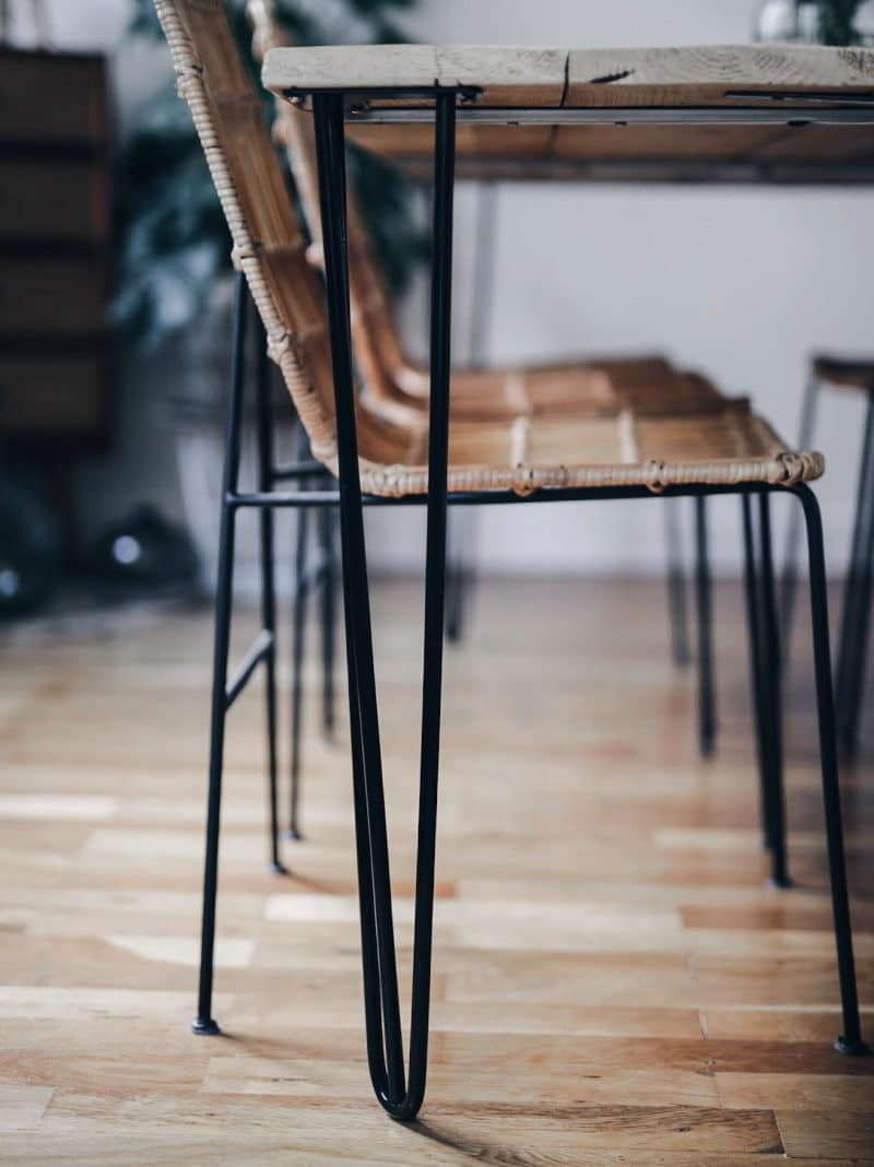 Décoration salon salle à manger table DIY bois brut pieds métal detail