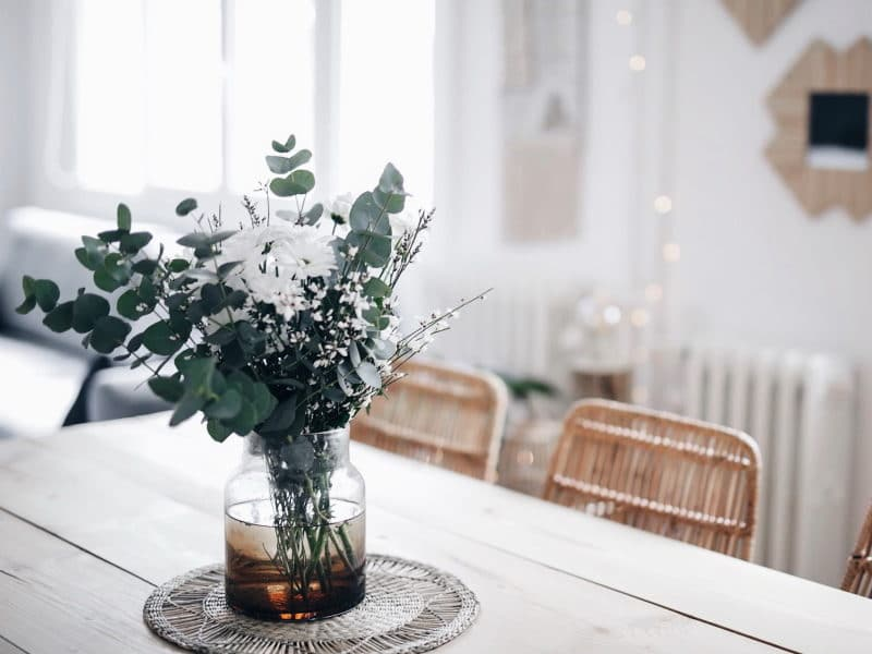 Décoration salon salle à manger table DIY bois brut pieds métal fleurs