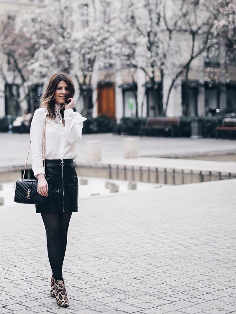 Look jupe vinyle bottines léopard chemise Maje sac Saint Laurent sourire