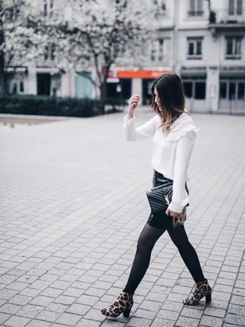 Look jupe vinyle bottines léopard chemise Maje sac Saint Laurent marche