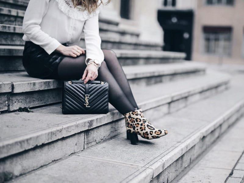 Look jupe vinyle bottines léopard chemise Maje sac Saint Laurent détails