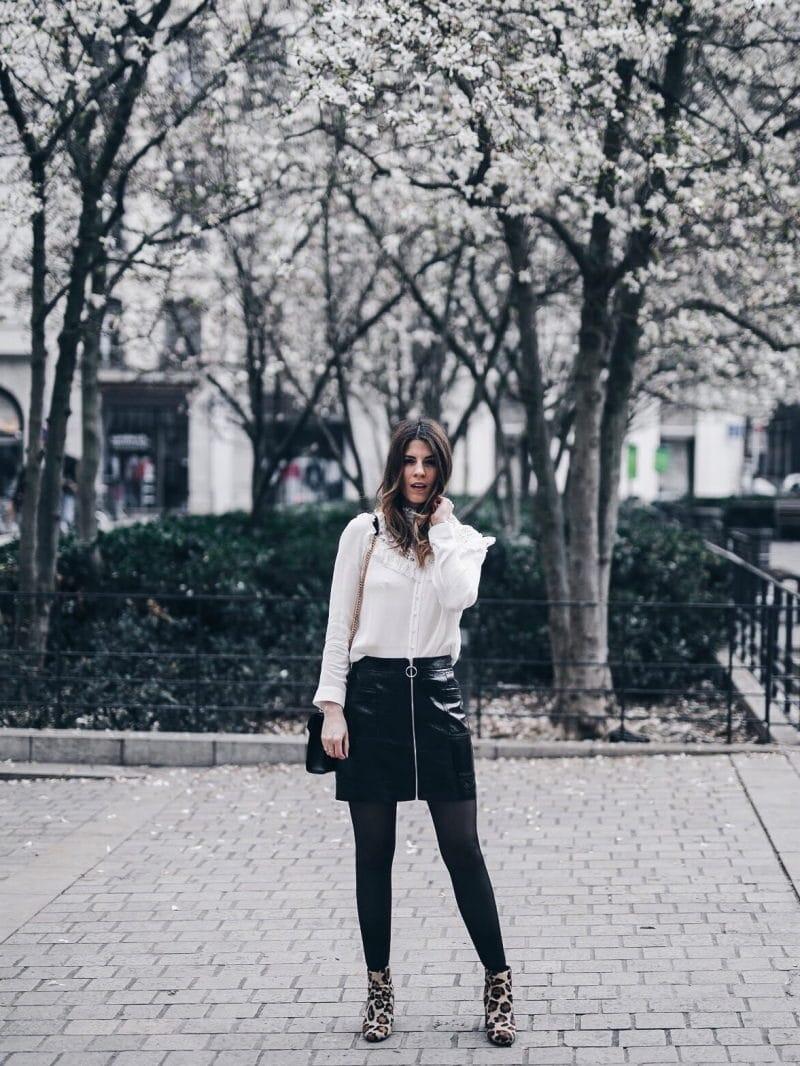 Look jupe vinyle bottines léopard chemise Maje sac Saint Laurent face