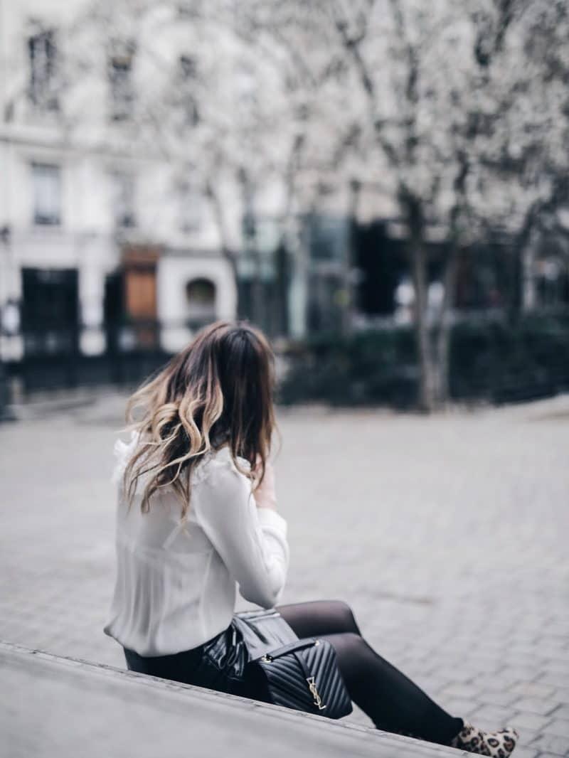 Look jupe vinyle bottines léopard chemise Maje sac Saint Laurent cheveux