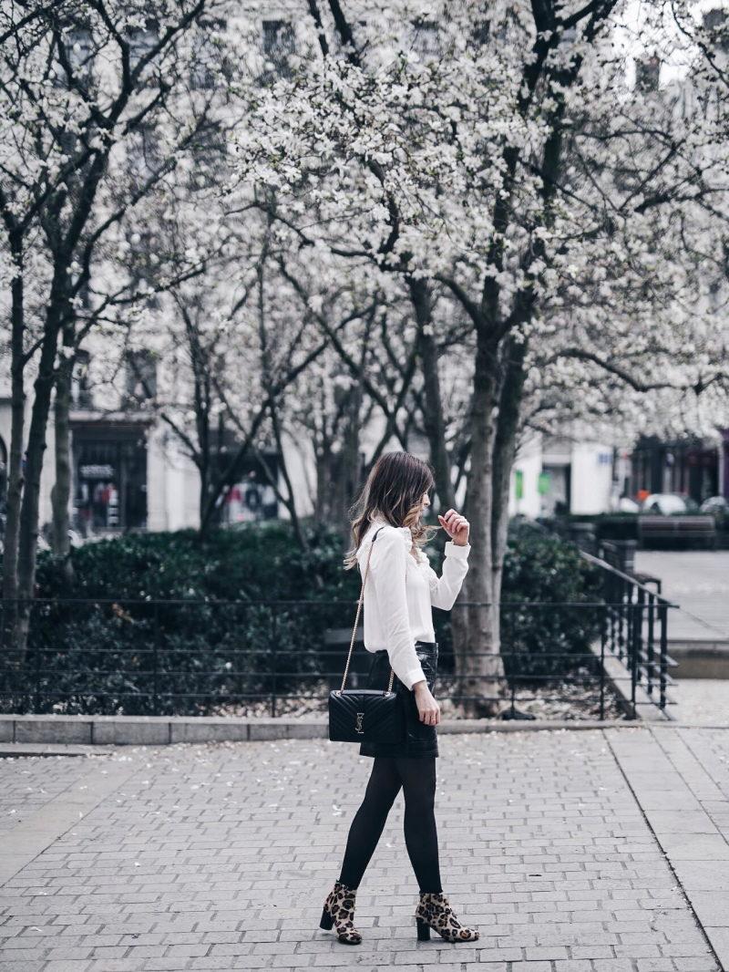 Look jupe vinyle bottines léopard chemise Maje sac Saint Laurent profil
