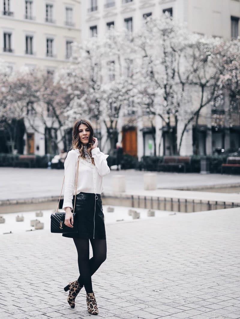 Look jupe vinyle bottines léopard chemise Maje sac Saint Laurent entier