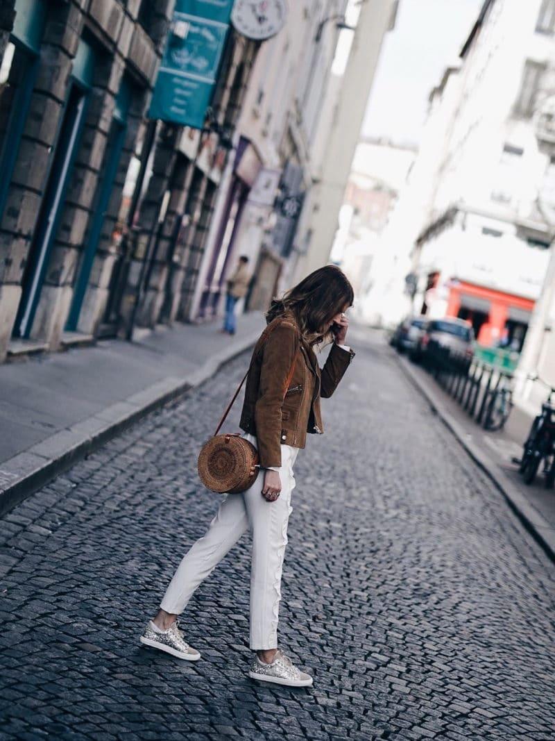 Look pantalon blanc à volants, blouse Navy Paris, sac rond Bali et baskets à paillettes profil