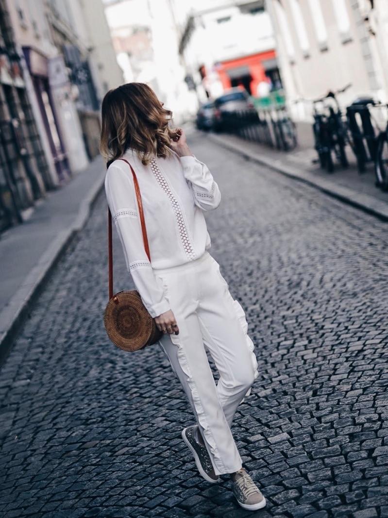 Look pantalon blanc à volants, blouse Navy Paris, sac rond Bali et baskets à paillettes tournée