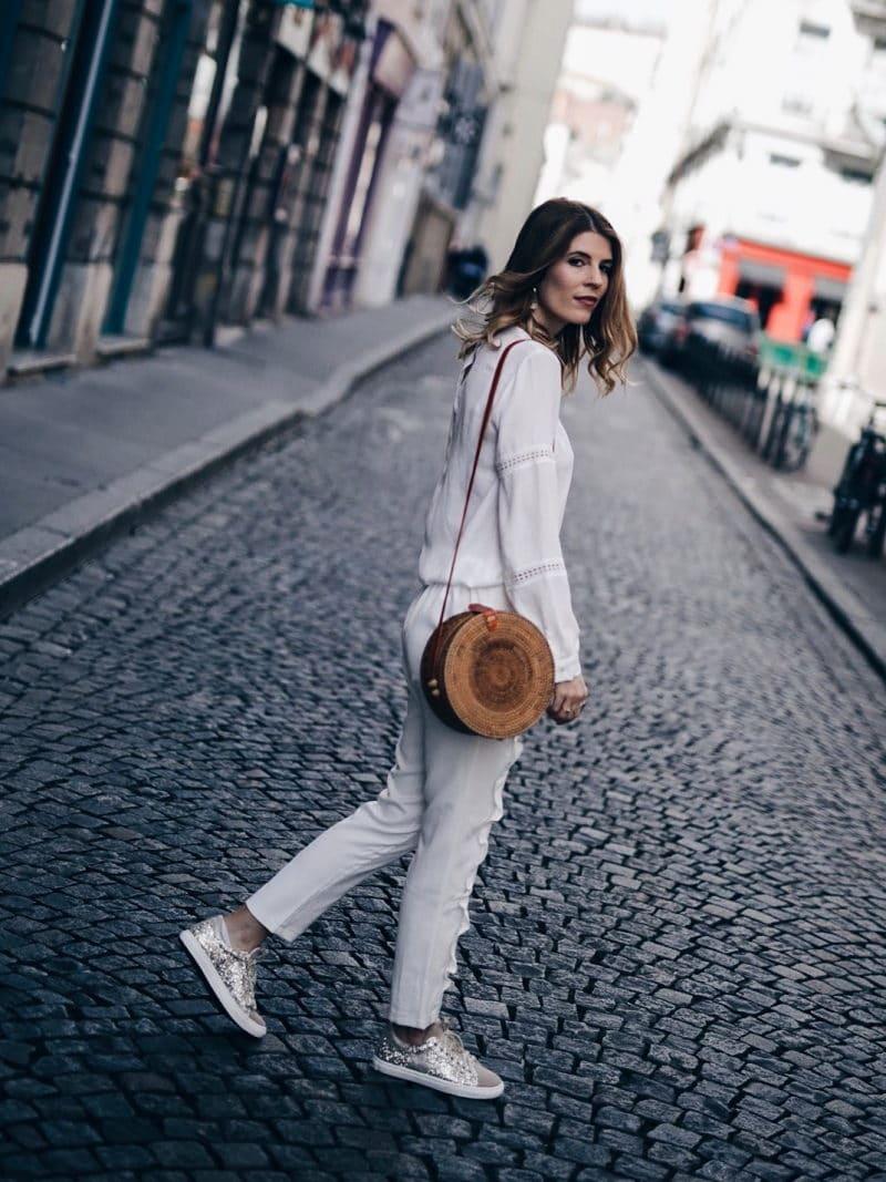 Look pantalon blanc à volants, blouse Navy Paris, sac rond Bali et baskets à paillettes dos