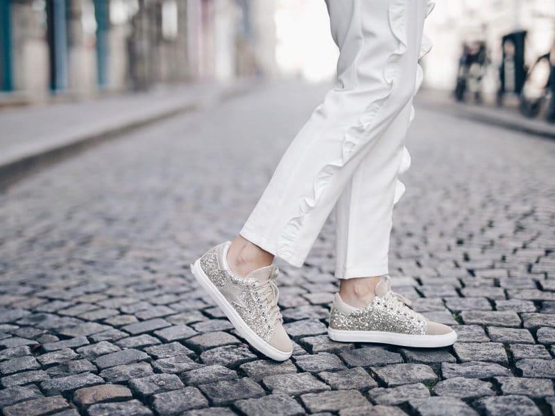 Look pantalon blanc à volants, blouse Navy Paris, sac rond Bali et baskets à paillettes détail chaussures