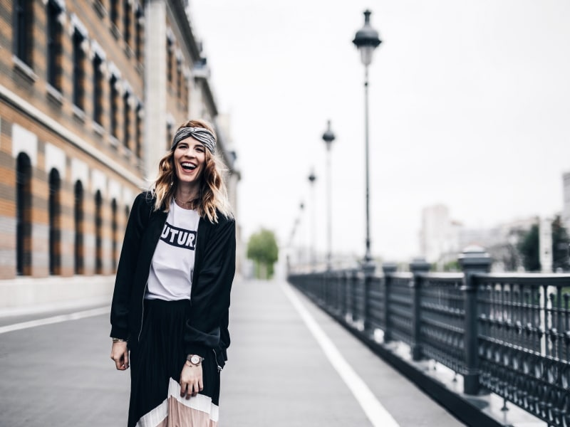 Look jupe longue plissée color block tee shirt message bomber baskets rire