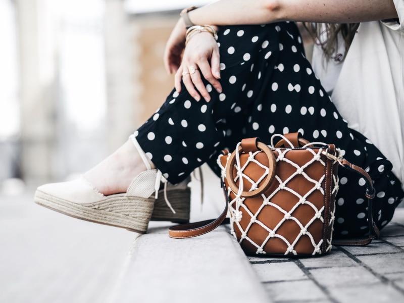 look pantalon à pois sac tote filet macramé espadrilles détails