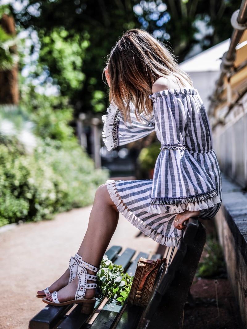 Robe bohème à pompons sac panier rond et sandales cloutées blog by opaline