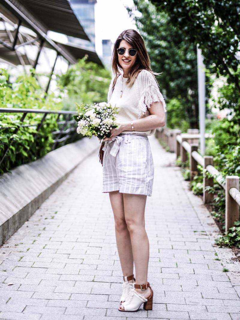 sac à dos à franges, maille, short en lin et sandales bohèmes blog by opaline profil