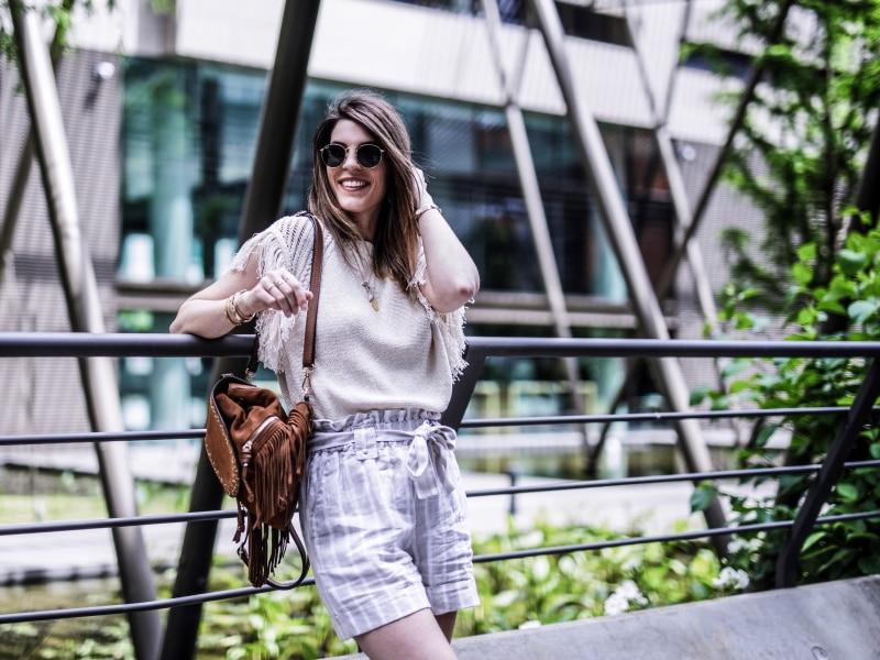 sac à dos à franges, maille, short en lin et sandales bohèmes blog by opaline sourire