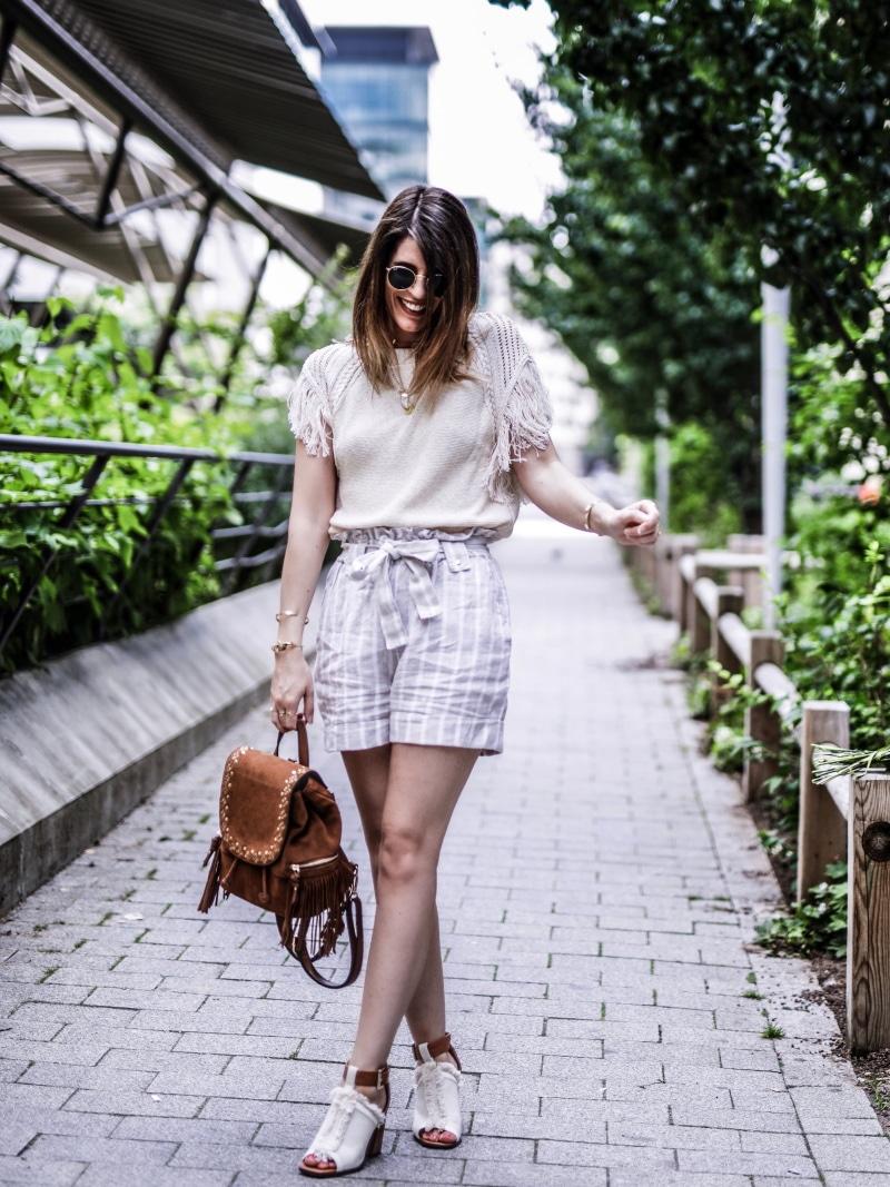 sac à dos à franges, maille, short en lin et sandales bohèmes blog by opaline