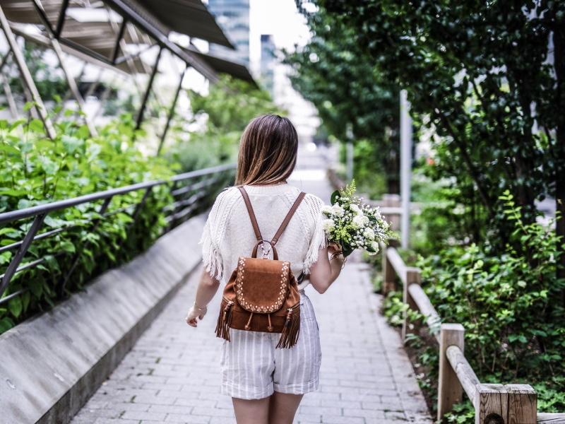 sac à dos à franges, maille, short en lin et sandales bohèmes blog by opaline dos