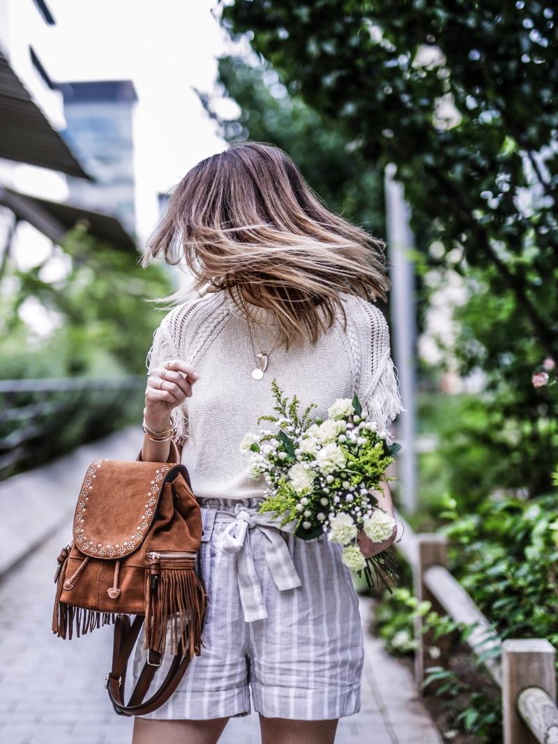 sac à dos à franges, maille, short en lin et sandales bohèmes blog by opaline cheveux
