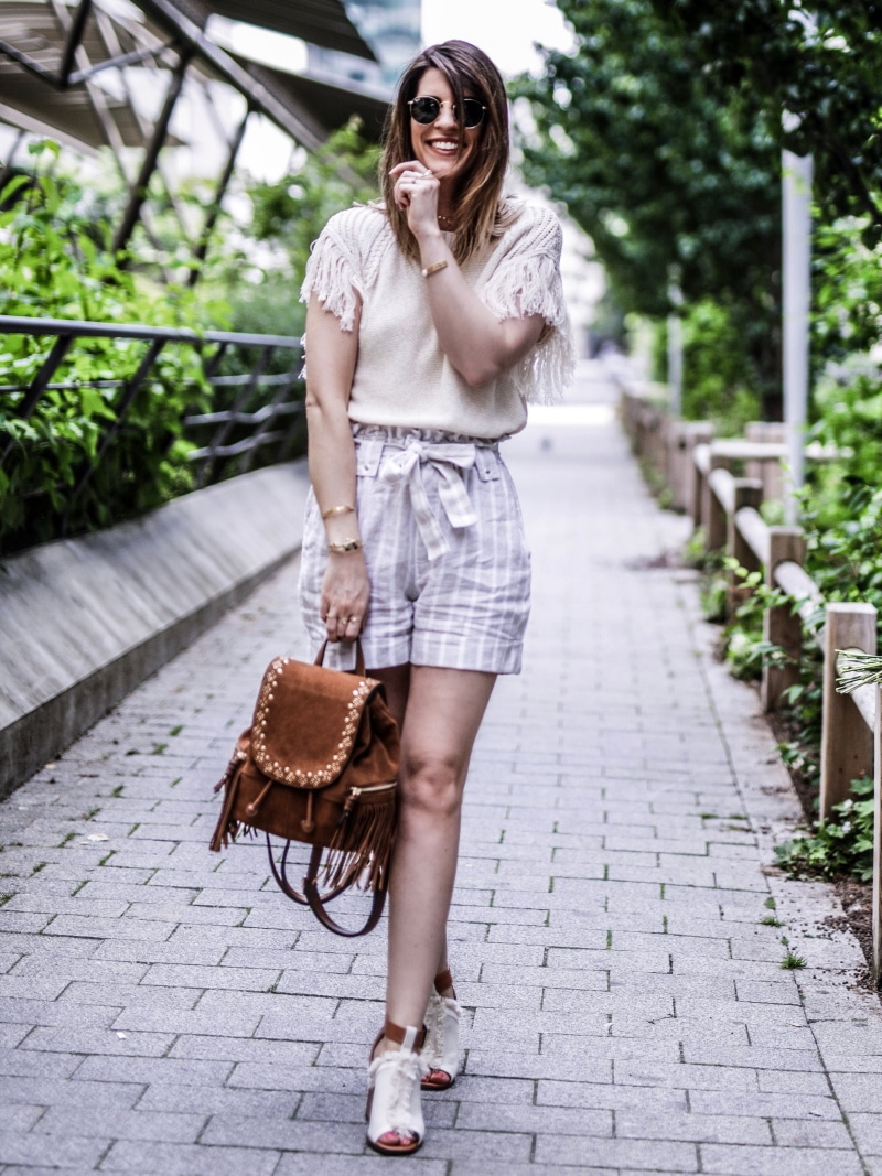 sac à dos à franges, maille, short en lin et sandales bohèmes blog by opaline rire