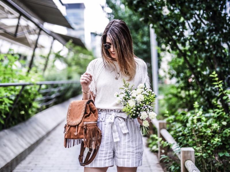 sac à dos à franges, maille, short en lin et sandales bohèmes blog by opaline haut