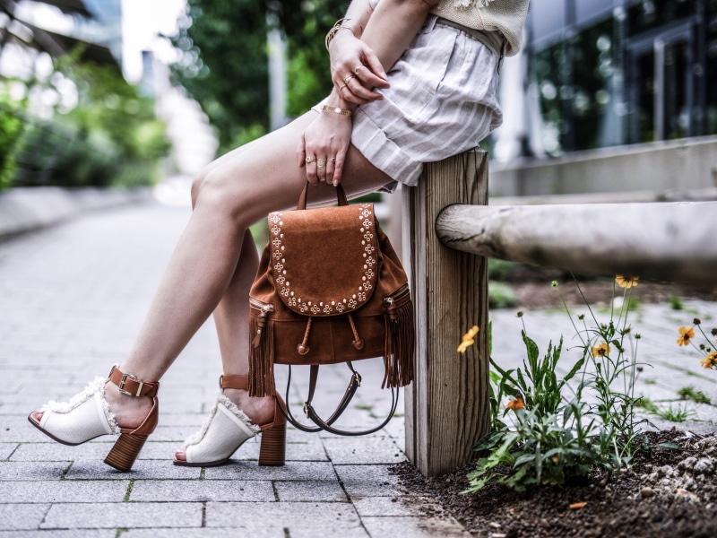 sac à dos à franges, maille, short en lin et sandales bohèmes blog by opaline details