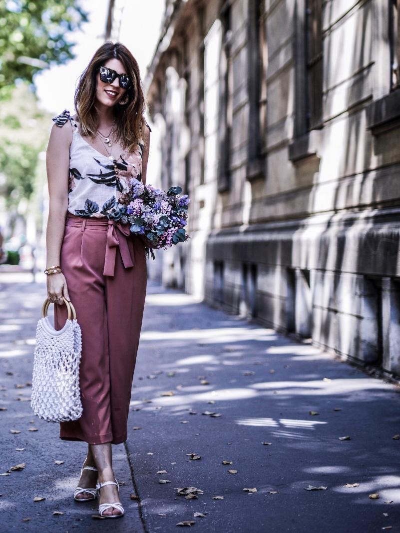 Look pantalon rose ample top fleuri sac filet sandales stressées blog by opaline