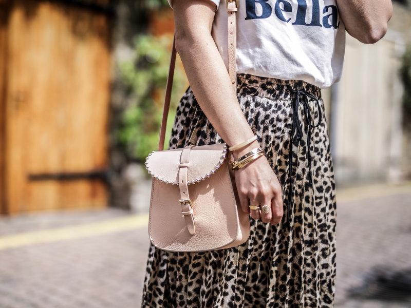 Look jupe léopard Notting Hill sac Herbert frere sœur