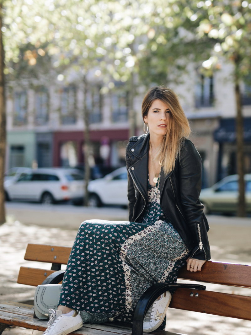 Look robe longue bohème assise