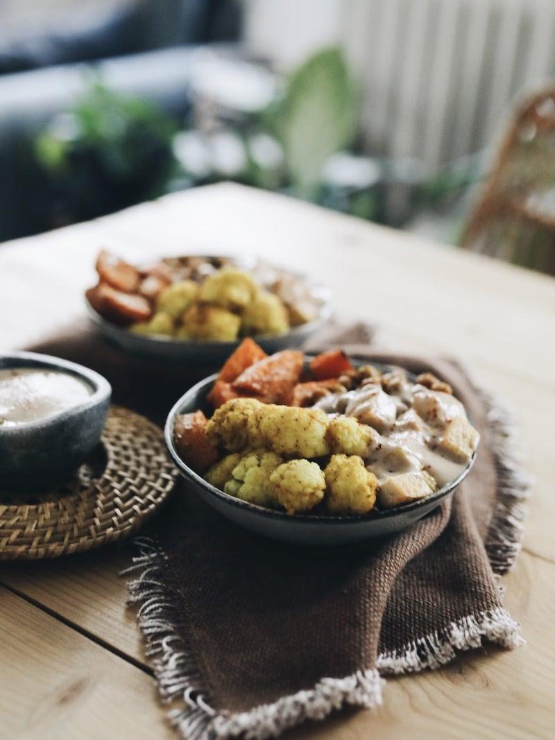 Recette végétarienne vegan bowl d'automne : courge butternut, chou-fleur et pois chiches épicés et rôtis, tofu grillé et sauce cacahuète
