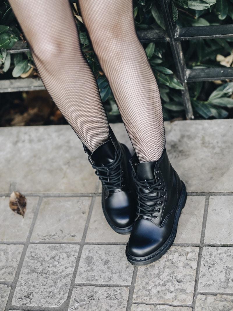 Idée look femme automne 2018 chemise imprimée foulard short simili cuir dr martens