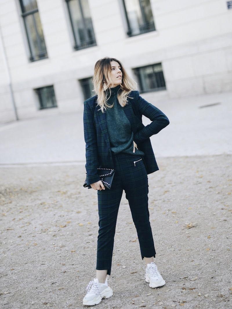 Comment porter le tailleur pantalon à carreaux ? Idée de look costume à carreaux, ugly sneakers et pochette ceinturée, sac banane